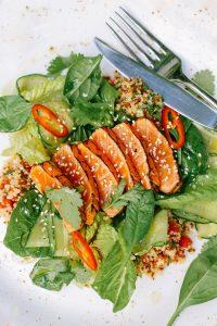 dieta vege fish z warzywami i sałatą zieloną