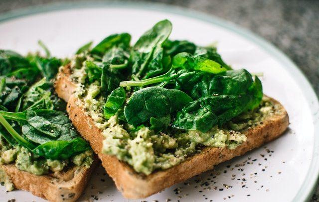 Zasady diety wegańskiej oraz kanapka z awokado i szpinakiem