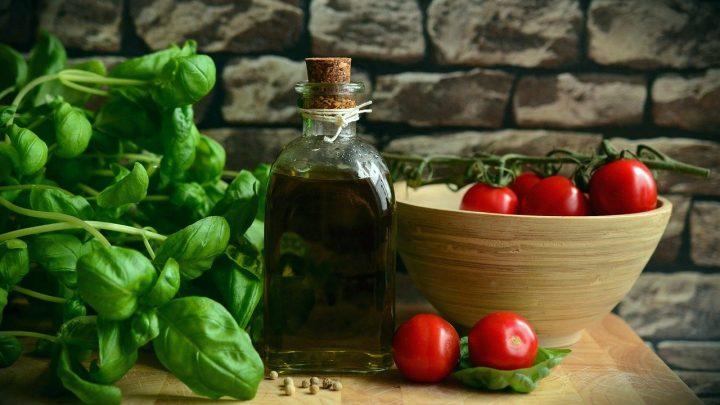 Dieta pudełkowa śródziemnomorska zawiera dużo warzyw.