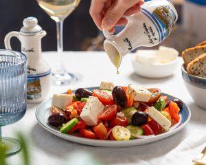 Dieta śródziemnomorska pudełkowa zawiera również dużo serów i oliwy z oliwek.