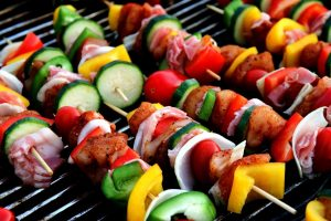 Catering okolicznościowy może składać się z warzywnych potraw i chudego mięsa.